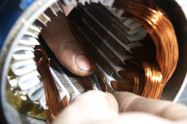 Укладка эмаль провода в пазы
